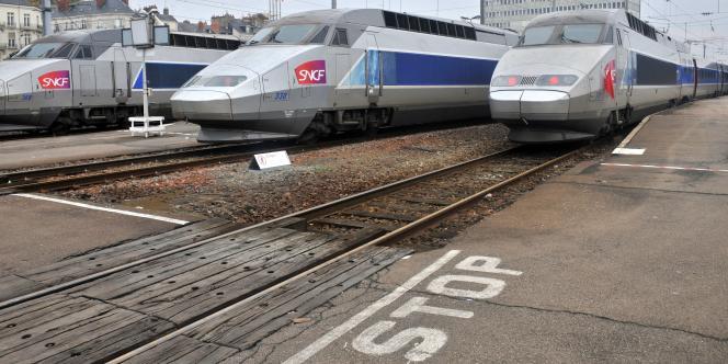 Les cadres pressés - et connectés - travaillent dans le train qu'ils prennent pour se déplacer. Le temps perdu devient du temps gagné. Hormis que toutes les places de train ne sont pas encore équipées de prises électriques.