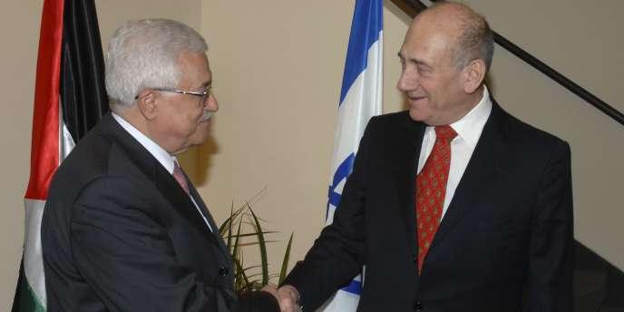 Le président palestinien, Mahmoud Abbas, et l'ancien premier ministre israélien Ehoud Olmert à Jérusalem le 17 novembre 2008.