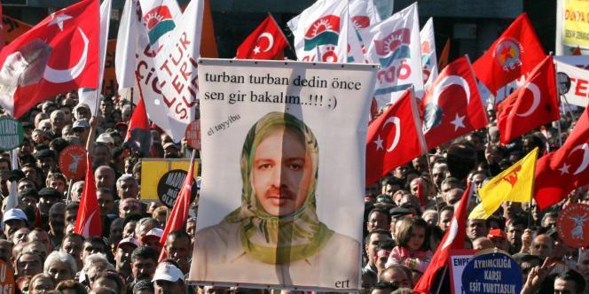 Manifestation de défenseurs de la laïcité contre le premier ministre turc Recep Tayyip Erdogan (voilé sur la pancarte) à Ankara, le 9 novembre 2008.