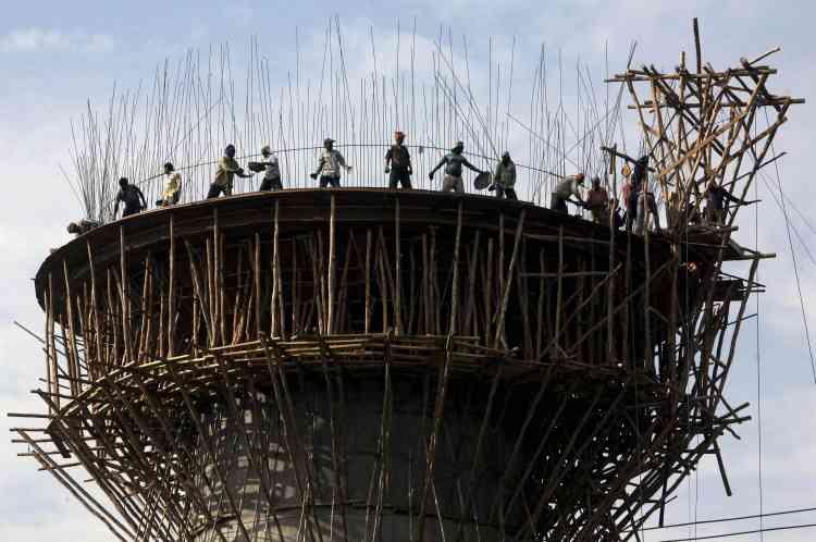 A Janmu, des ouvriers œuvrent à la construction d'un château d'eau.A Janmu, des ouvriers œuvrent à la construction d'un château d'eau.