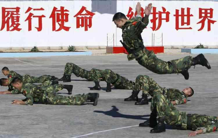 Des militaires chinois en démonstration dans leur base de Henniyeh.