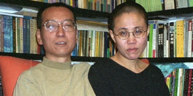Le dissident chinois Liu Xiaobo pose auprès de sa femme le 22 octobre 2002.