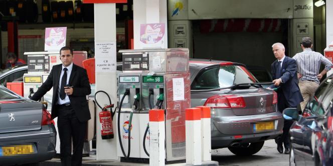 Le gouvernement annonce une baisse des prix de l'ordre de 6 centimes d'euros du litre de carburant.