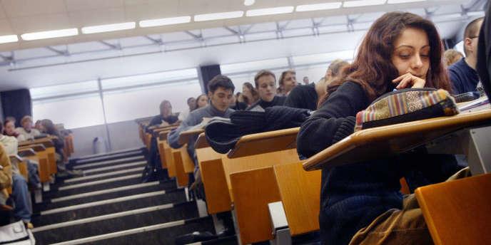 A partir de 2013, universités et grandes écoles proposeront une sensibilisation ou une formation à l'intelligence économique.