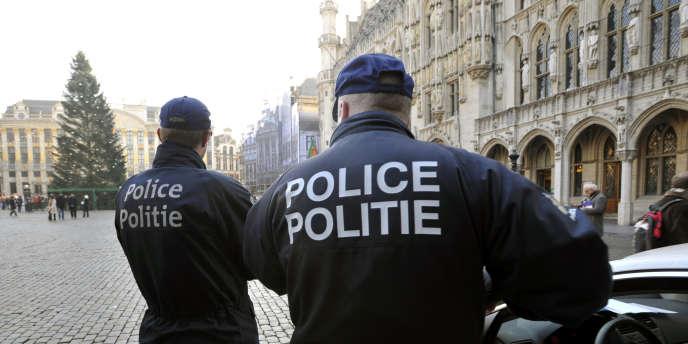 Des policiers belges patrouillent aux abords de la Grand-Place de Bruxelles, en décembre 2007.