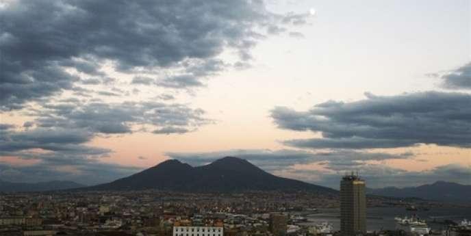 Au pieds du Vésuve, faute de perspectives, les femmes renoncent à avoir une vie active. Quand, en Europe leur taux d'activité excède largement 50 %, il avoisine 16 % à Naples, selon Svimez, association pour le développement du Mezzogiorno.
