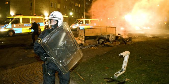 Un policier anti-émeutes suédois tente de maintenir l'ordre, dans la nuit du 18 au 19 décembre.