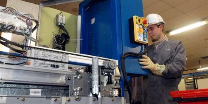 Un apprenti travaille le 4 février 2008 au centre de formation des apprentis de Tours (Indre-et-Loire).
