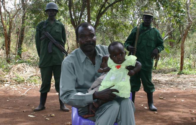 Le chef de la LRA, Joseph Kony, avec sa fille et son fils, le 30 novembre à Ri-Kwangba, dans le sud du Soudan.