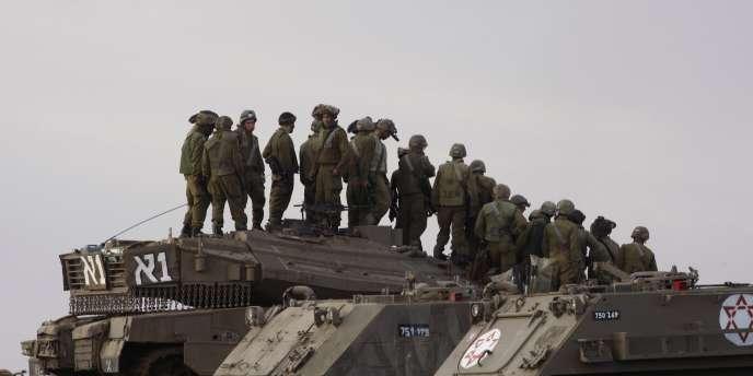 Des soldats israéliens sur un blindé à la frontière de la bande de Gaza, en 2008.