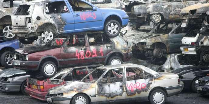 Carcasses de voitures brûlées durant la nuit du Nouvel An 2009 à Strasbourg.