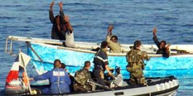 Des militaires français procèdent à l'arrestation de pirates somaliens présumés après avoir déjoué leur attaque contre un cargo battant pavillon du Panama, en janvier 2008 dans l'est du golfe d'Aden, en Somalie.