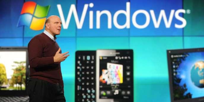 Steve Ballmer, le PDG de Microsoft, au CES de Las Vegas. Microsoft affirme que Google lui refuse l'accès aux données qui lui permettraient de proposer une application YouTube enrichie sur ses téléphones.