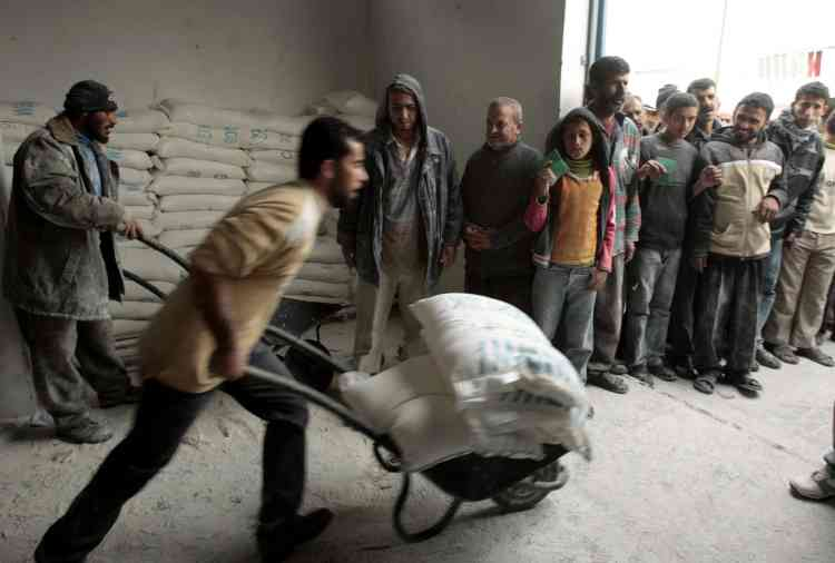 La moitié du million et demi de Gazaouis dépend des distributions d'aide alimentaire de l'ONU pour nourrir leurs familles. Ici, des hommes font la queue pour recevoir des vivres au siège de l'UNRWA, à Djabalia.