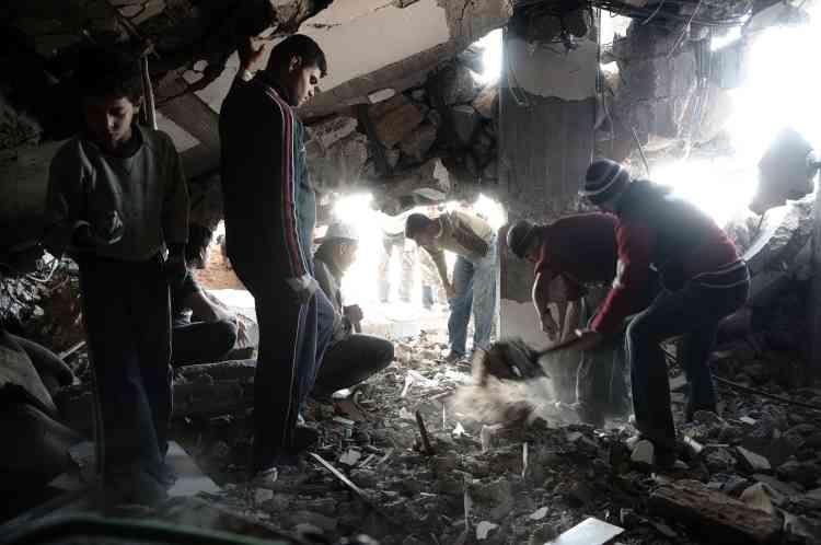 Des palestiniens creusent pour déterrer les quelques biens qui peuvent être sauvés des décombres. Pour le moment, les survivants s'efforcent de restaurer un semblant de normalité  dans leurs quartiers dévastés.