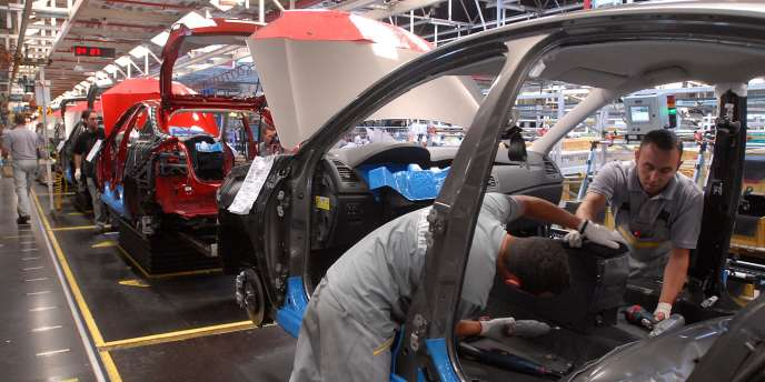 Des ouvriers de l'usine Renault à Sandouville (Seine-Maritime) au travail en août2007.