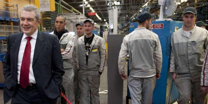Le patron du numéro un français de l'automobile, Christian Streiff, dans l'usine de PSA Peugeot-Citroën de Vesoul (en 2009).