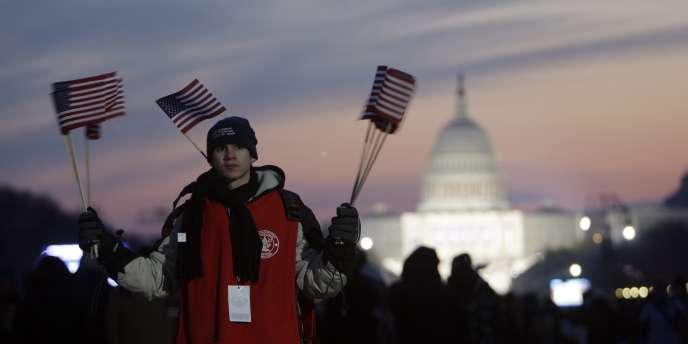 Un Boy Scout distribuant des drapeaux, le 20 janvier 2009, lors de la cérémonie d'investiture de Barack Obama. Les Boy Scouts d'Amérique comptent chaque année entre 3,5 et 5 millions de jeunes.