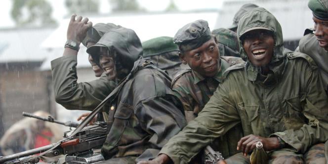 Des rebelles tutsis de RDC passent un poste de contrôle, le 20 janvier 2009. Ils ont rejoint l'armée nationale congolaise, qui mène des opérations conjointes avec les forces rwandaises contre les rebelles hutus rawandais.