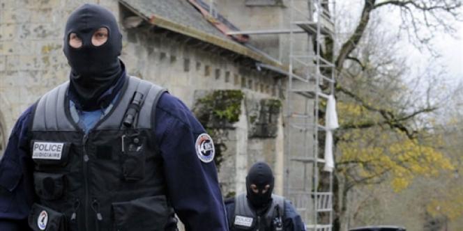 Première intervention de la police à Tarnac (Corrèze), le 20 novembre 2008 : vingt personnes sont arrêtées dans le cadre de l'enquête sur des actes de malveillance contre des installations ferroviaires.