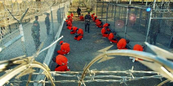 Prisonniers du camp X-Ray de Guantanamo, en janvier 2002.