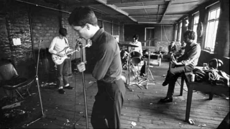 Bernard Sumner, Ian Curtis, Stephen Morris et Peter Hook : le groupe Joy Division en répétition