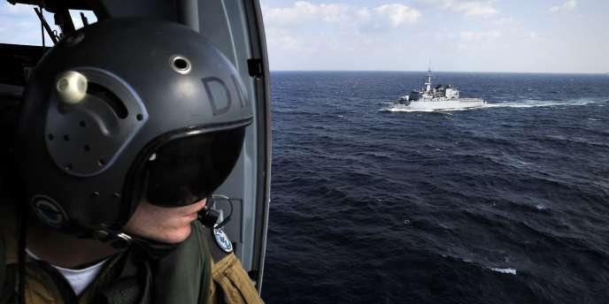 Un membre d'équipage d'un hélicoptère Panther surveille les eaux du golfe d'Aden alors que la frégate