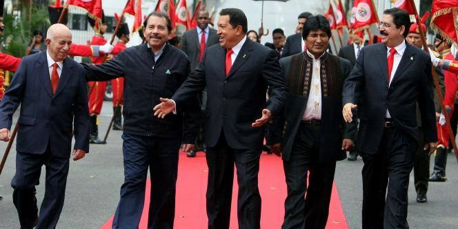 Le président vénézuélien Hugo Chavez à Caracas, en février 2009, entouré d'Evo Morales, Manuel Zelaya, Daniel Ortega et Jose Ramon Machado Ventura.