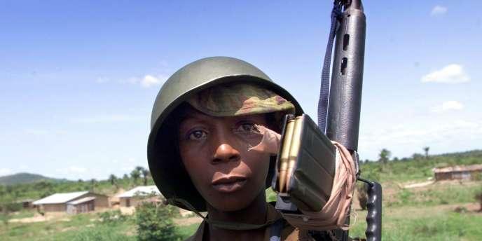 Un enfant soldat enrôlé dans les Kamajors (milices civiles sierra-léonaises composées de chasseurs traditionnels) pose à Masiaka, le 13 mai 2000.