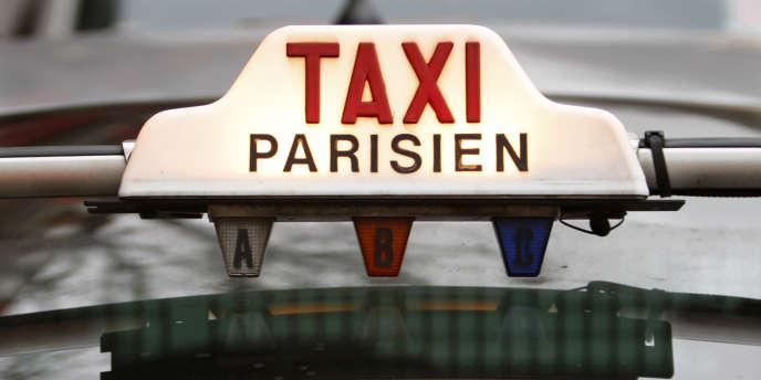 Un décret, publié au « Journal officiel » samedi 28 décembre, instaure pour les véhicules de tourisme avec chauffeur, les nouveaux concurrents des taxis, un délai de quinze minutes entre la réservation et la prise en charge du client.