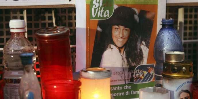 Des bougies brûlent devant un portrait d'Eluana Englaro, devant l'hôpital où elle est morte à Udine, le 10 février 2009.