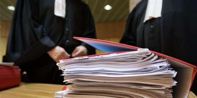 Des avocats près du dossier d'un prévenu, au tribunal correctionnel de Clermont-Ferrand en novembre 2007.