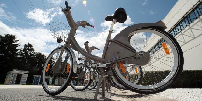 A Lyon, la société JCDecaux implante en 2005 un système de vélos en libre-service à une vaste échelle, deux ans avant Paris. Lyon est la ville où l'entreprise, numéro un mondial du marché de mobilier urbain, a implanté ses premiers abribus dans les années 1960.