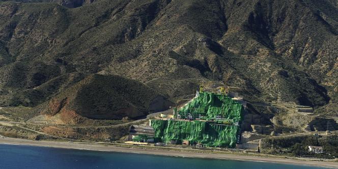 L'emblème de cette folie urbanistique est encore visible sur la plage d'Algarrobico, près d'Almeria, où se dresse la masse inachevée d'un hôtel de vingt étages.