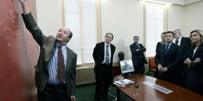 Le professeur Mathias Fink (à gauche), en juin 2007, à Paris. Ce dernier a créé l'Institut de technologie et d'innovation.