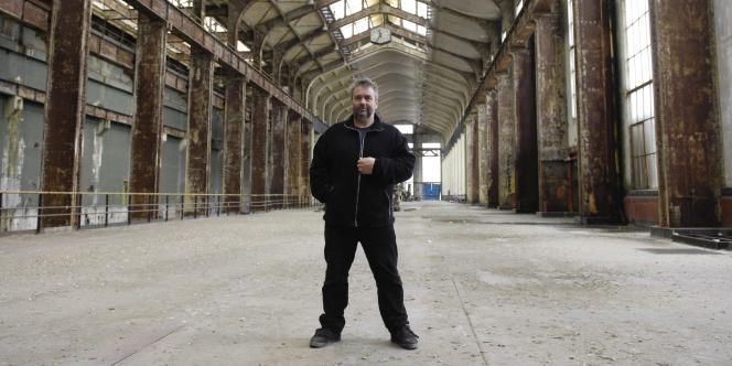 Le producteur et réalisateur Luc Besson pose, le 29 février 2008 à Saint-Denis, dans les futurs locaux de son ambitieux projet de Cité du cinéma.
