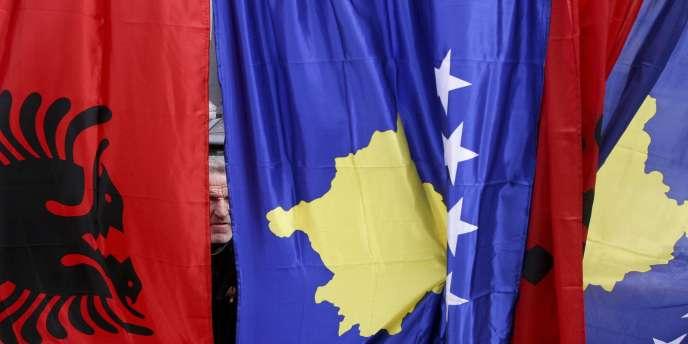 Un Kosovar vend des drapeaux du Kosovo et de l'Albanie dans les rues de Pristina, en 2009.