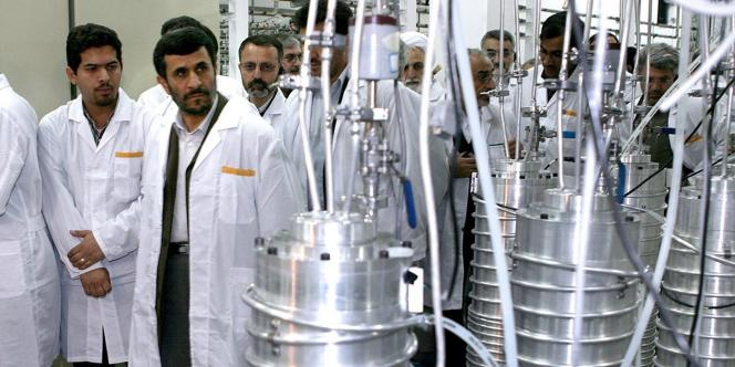 Le président Mahmoud Ahmadinejad en visite dans l'usine d'enrichissement d'uranium de Natanz, au sud de Téhéran, le 8 avril 2008.
