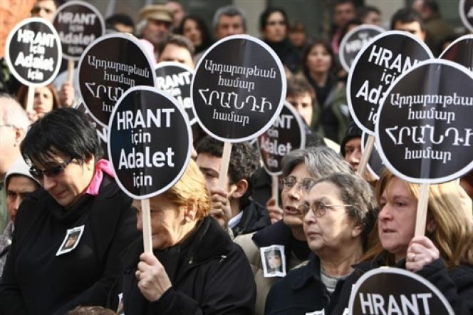 Le 19 janvier, des milliers de Turcs se rassemblaient à Istanbul devant les locaux du journal