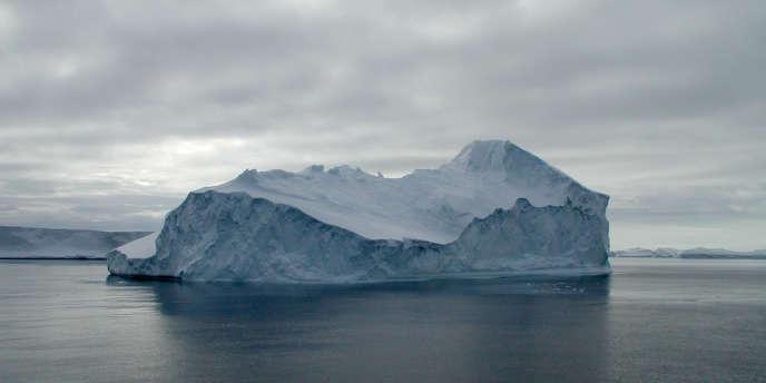 Un iceberg croisant le long des côtes antarctiques.