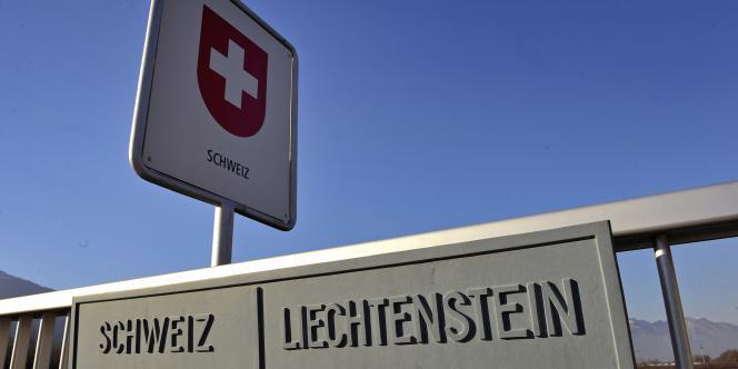 Compte tenu des privilèges accordés aux holdings, les multinationales prolifèrent en Suisse, au Liechtenstein et, à partir de 1929, au Luxembourg, qui copie ces pratiques (la frontière entre la Suisse et le Liechtenstein).