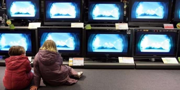 Des enfants devant des téléviseurs. En 2013, un adulte américain devrait passer en moyenne 5 heures et 16 minutes par jour à surfer, dont 2 heures et 21 minutes depuis un terminal mobile, contre 4 heures et 31 minutes devant son téléviseur.