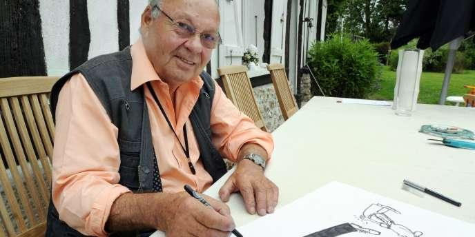 Le caricaturiste Siné pose, le 17 juillet 2008, à son domicile de Vinnemerville, en Seine-Maritime.