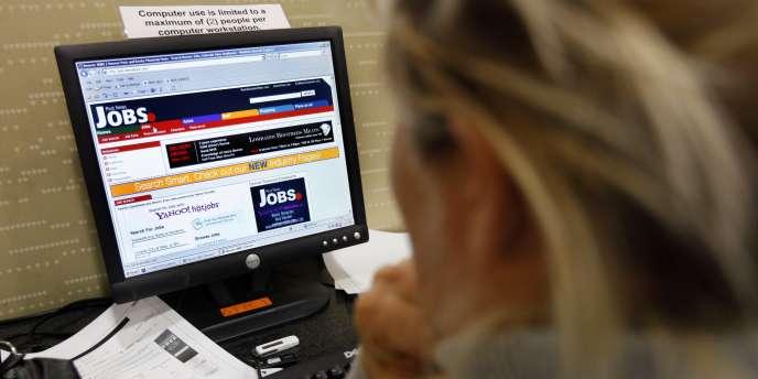 Une Américaine recherche un emploi sur Internet dans une bibliothèque.