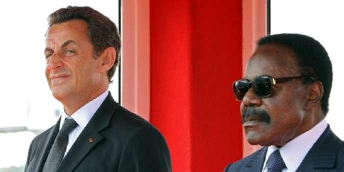 En 2007, Nicolas Sarkozy, aux côtés d'Omar Bongo lors d'un déplacement officiel.