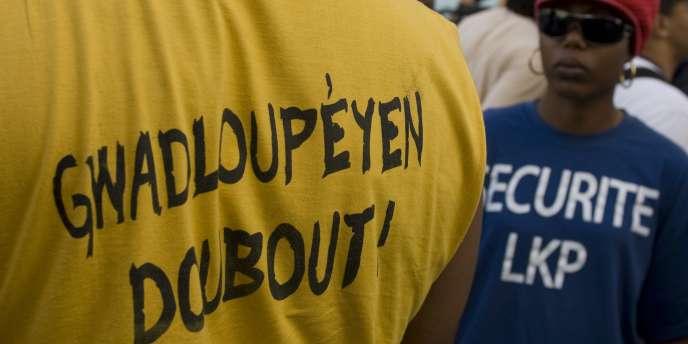 Le LKP est un collectif d'organisations syndicales, politiques et culturelles à l'origine du mouvement social qui avait paralysé la Guadeloupe durant quarante-quatre jours début 2009 – ici, le 25 février 2009 à Pointe-à-Pitre (Guadeloupe).