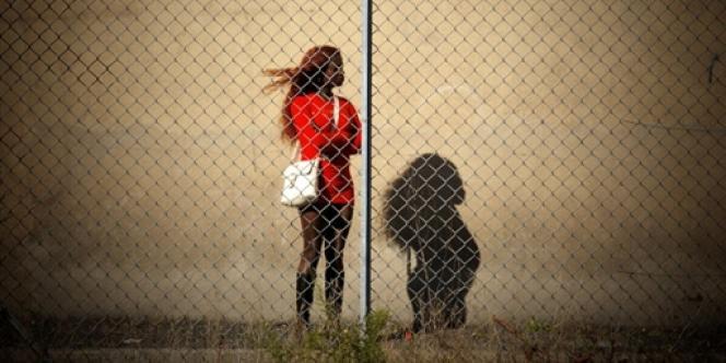 Une prostituée attend les clients, le 19 octobre 2007 dans une zone industrielle de Lyon.