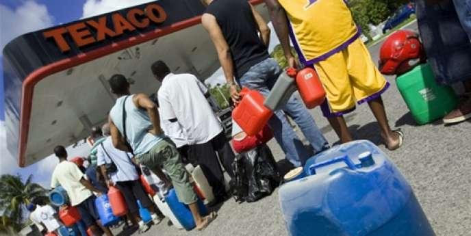 Des automobilistes font la queue pour remplir leur bidon d'essence, près de Pointe-à-Pitre, en Guadeloupe, en 2009.