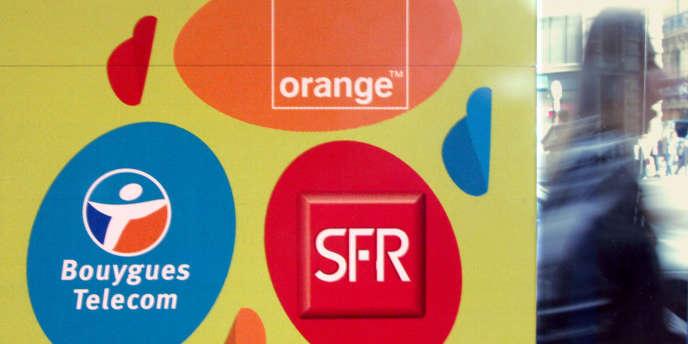 Vitrine d'une boutique de téléphonie mobile, à Paris, en août 2005.