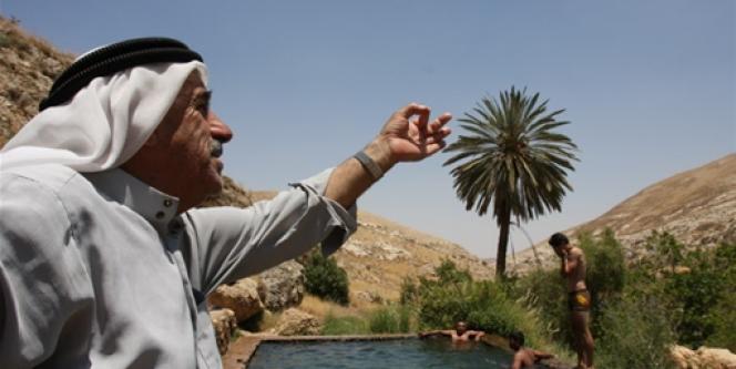 Face aux restrictions d'eau dont sont victimes les Palestiniens, un homme manifeste son mécontentement  en territoire occupé israélien.